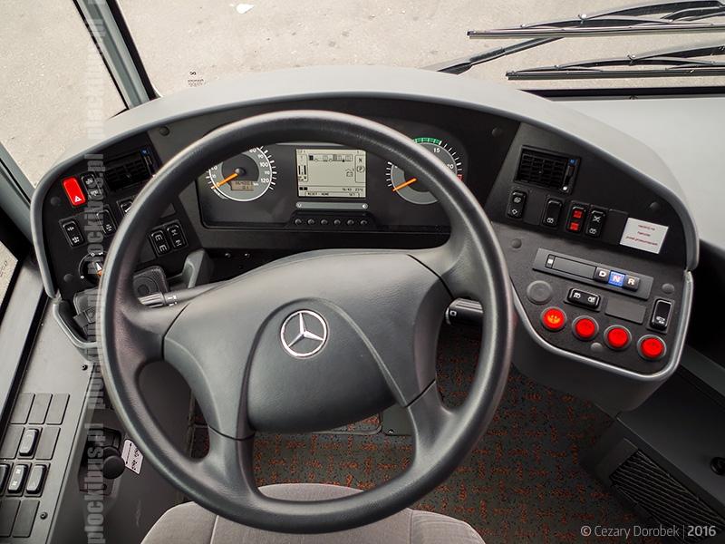 Stanowisko kierowcy w testowym Mercedesie Conecto G