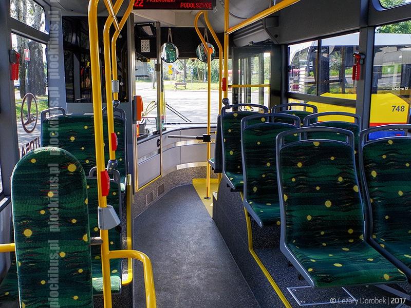 Pomiędzy pierwszymi a drugimi drzwiami aż trzy rzędy siedzeń skierowane są tyłem do kierunku jazdy