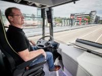Future Bus już jest testowany na 20-kilometrowej trasie w Amsterdamie. Kierowca tylko czuwa nad przebiegiem jazdy (źródło: mat. prasowe Mercedes)
