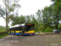 Autobus linii nr 2 zawracający wokół przystanku Tokarska