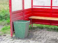 Kosz na śmieci przywiązany łańcuchem do ławki