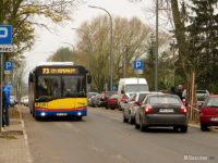 Autobus linii 73 na otwartej dla ruchu (tylko w dn. 1 listopada) remontowanej ul. Harcerskiej
