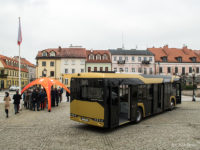 Demonstracyjny Solaris Urbino IV 12 Hybrid pod płockim ratuszem