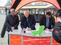 Prezydent Płocka podpisuje umowę z firmą Solaris na dostawę 25 autobusów hybrydowych