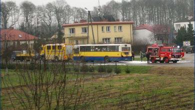 Akcja gaszenia pożaru w komorze silnika Jelcza 120M #720 w Dobrzykowie. Foto: Spotted Płock