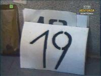 Tablice z numerami linii dla autobusów zastępczych. Zrzut ekranu z Dziennika Telewizyjnego. Źródło: TVP Historia.