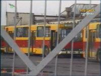 Jelcz PR110 w nietypowym malowaniu stojący na terenie zajezdni MPK. Zrzut ekranu z Dziennika Telewizyjnego. Źródło: TVP Historia.