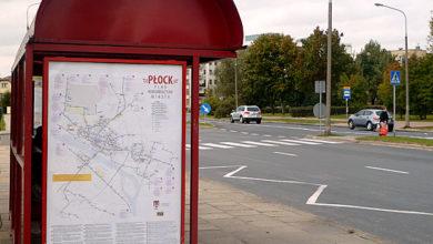w części wiat zawisły duże mapy komunikacyjne z nowymi trasami linii
