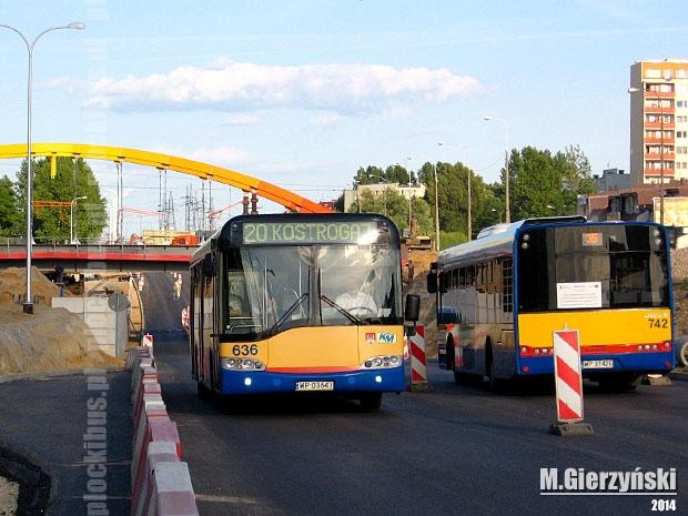 Autobusy jeżdżące al. Piłsudskiego podczas nasuwania wiaduktu kolejowego.