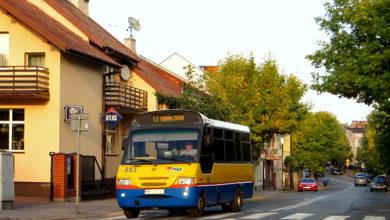 Linia L1 wraca właśnie ul. Kutnowską do Nowego Rynku w Gąbinie by zaraz zakończyć swój popołudniowy kurs na dworcu.