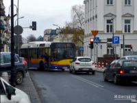 Solaris skręca z ul. Kolegialnej w ul. 1 Maja