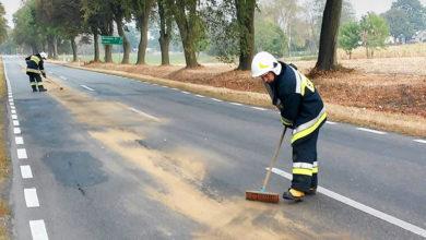 Strażacy neutralizujący plamę oleju. Fot. OSP Sikórz, źródło: PetroNews