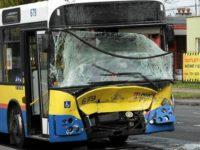 Widok na rozbity przód Jelcza #679. Zdjęcie: Gazeta Wyborcza Płock