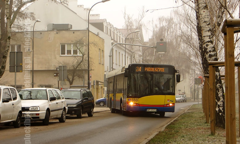 """Autobus linii 24 rusza z przystanku """"Szpital św. Trójcy"""" na pl. Dąbrowskiego"""