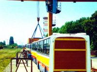 Podnoszenie płockich Ikarusów przez dźwig w trakcie transportu z Węgier do Warszawy