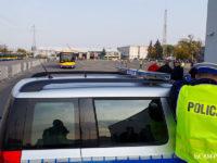 Policjant z płockiej drogówki mierzący radarem prędkość autobusu