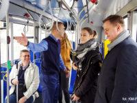 Kierowca reagujący na zainscenizowaną kłótnię między pasażerkami