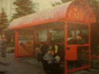 Wiata typu MK Cafe na przystanku Pszczela (zdj. pochodzące z reklamy z początkowego okresu eksploatacji)