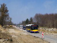 Solaris na linii 35 na remontowanym odcinku ul. Łukasiewicza, tuż przed mostem nad jarem rzeki Brzeźnicy