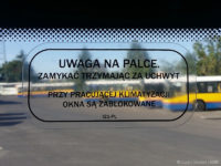 Informacja naklejona na oknach wewnątrz pojazdu