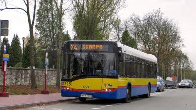 Autobus linii 74 na tymczasowym przystanku początkowym pod Cmentarzem Komunalnym
