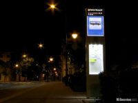Podświetlony słupek informacyjny przy placu Obrońców Warszawy