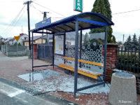 Uszkodzona wiata na przystanku Młyńska