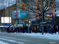Tłumy pasażerów na przystanku Jachowica (teatr)