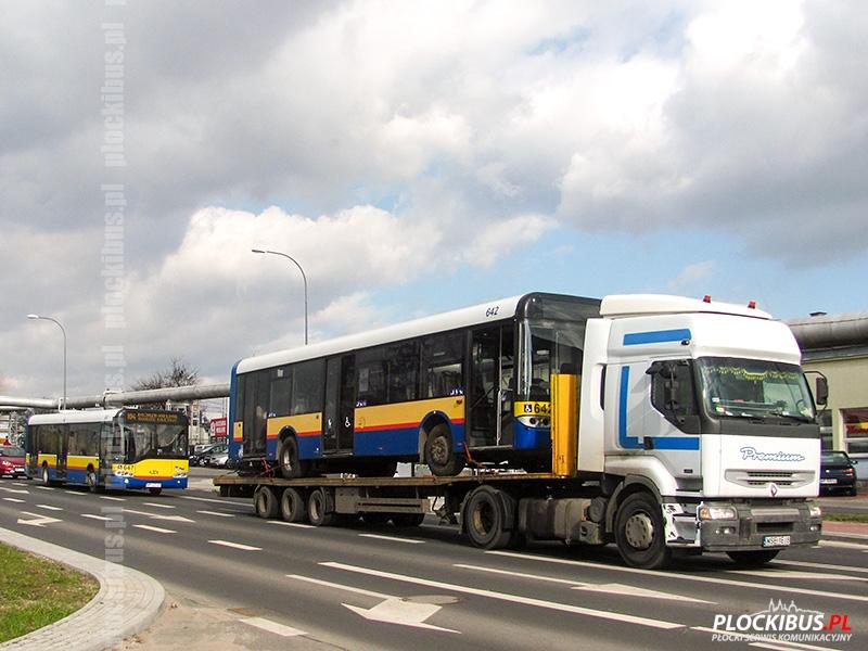 Solaris Urbino 12 #642 opuszcza zajezdnię. Za nim na kurs linii 104 podąża rok młodszy #647.
