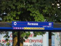 Tablica na wiacie na przystanku Hermana