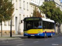 Rzucające się w oczy różne odcienie koloru żółtego. Bok autobusu po odmalowaniu przez KM