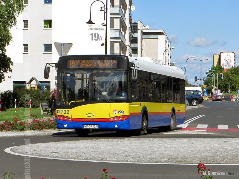 Autobus linii 19 na rondzie na ul. 3 Maja