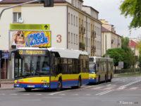 Autobus linii nr 22 skręca z ul. Obrońców Westerplatte w Al. Jachowicza