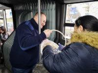 Prezes spółki częstujący pasażerów cukierkami. Foto: KM-Płock