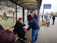 Pracownicy spółki częstujący pasażerów cukierkami. Foto: KM-Płock