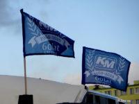 Okolicznościowe flagi na dachu autobusu