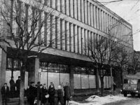 """Przystanek na ul. Tumskiej pod dawnymi """"Domami SDH"""""""