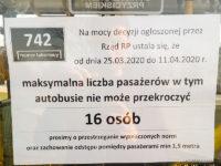 Informacja naklejona na drzwiach dotycząca maksymalnej ilości pasażerów w autobusie