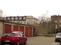 W tle budynek prokuratury widziany z placu dawnej zajezdni