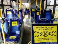 Oznaczone miejsca wyłączone z użytkowania w autobusie (w rogu powiększenie informacji)