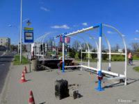 Montaż wiaty w kształcie bramki na przystanku Orlen Arena 01