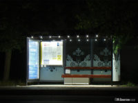 Podświetlone wnętrze wiaty na przystanku Zoo 01